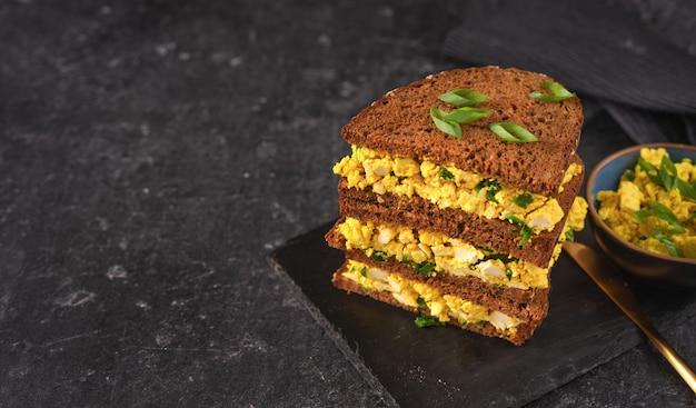 ビーガンエッグサラダの明るいビーガンバーガーサンドイッチ