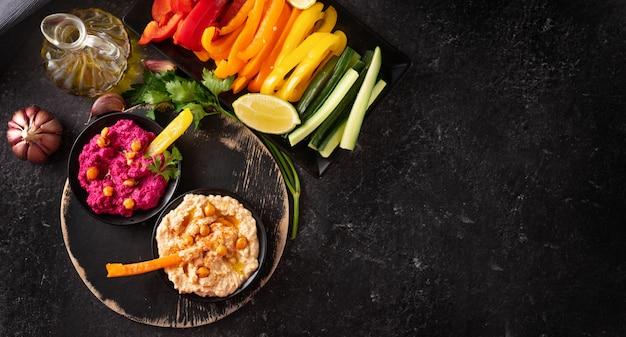 さまざまなビーガンフムスと健康的な野菜のディップ