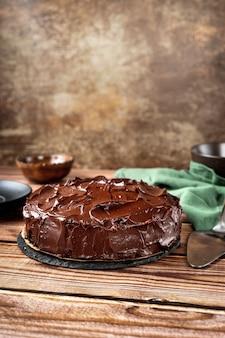 木製の壁にビーガンチョコレートケーキ。