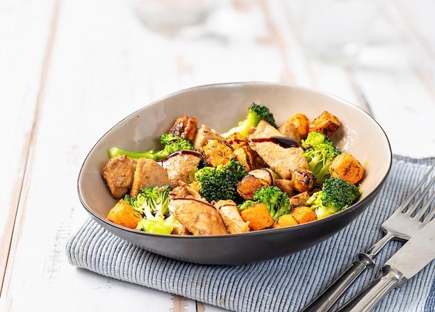 Крупный план здорового салата с курицей и брокколи