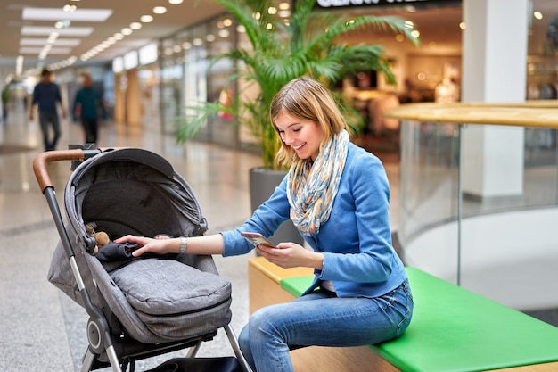 Молодая женщина читает на мобильном телефоне