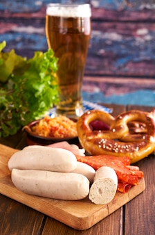 木製のテーブルにオクトーバーフェスト食品