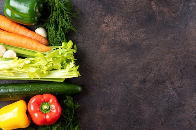 新鮮な野菜の枠線と暗い背景。上面図。