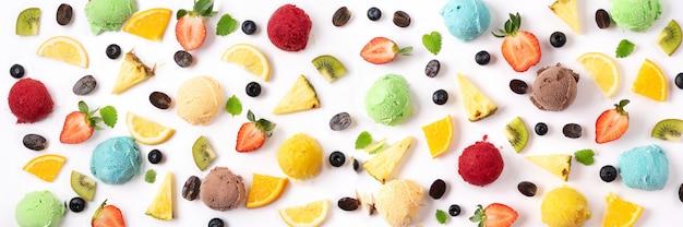 白い背景の上の果実とアイスクリームのボール。夏のコンセプトです。バナー