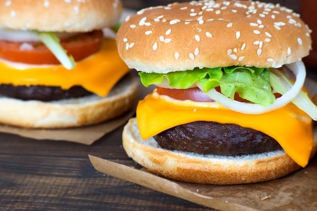 Крупным планом домашние чизбургеры