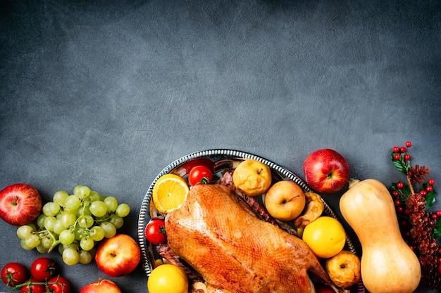 素朴なテーブルの上の感謝祭のロースト全体ガチョウ