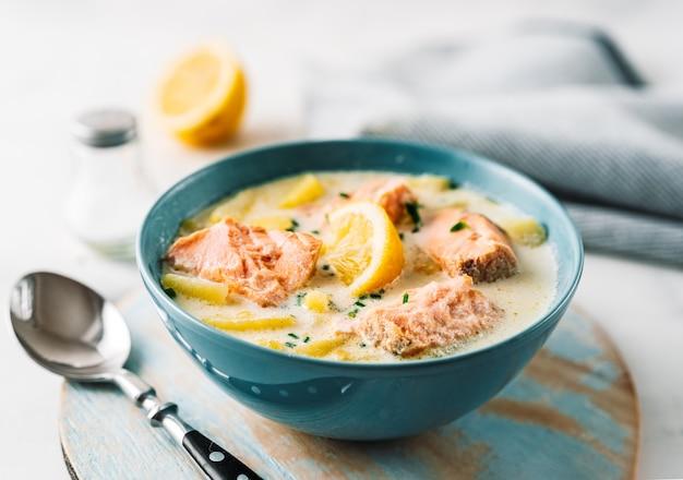 サーモン、クリーム、ジャガイモと青いスープのスープのクローズアップ