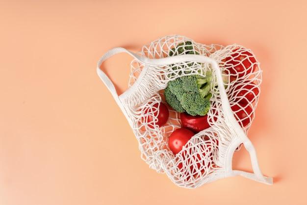 野菜と白いエコネットバッグのトップビュー
