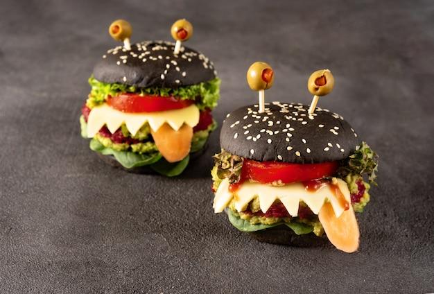 暗闇のハロウィーンのお祝いのハンバーガーモンスター