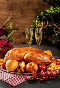 素朴なテーブルに感謝祭のローストガチョウ