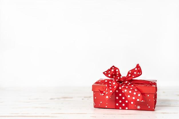 Красная рождественская подарочная коробка
