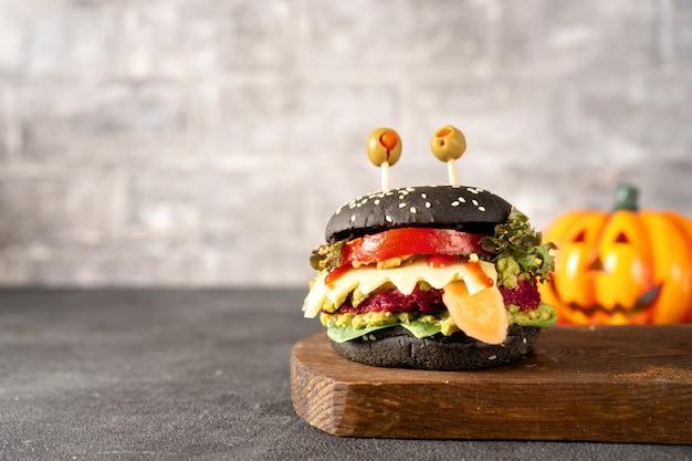 暗闇の中でハロウィーンのお祝いのためのハンバーガーモンスター