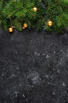 暗い背景にクリスマスの装飾