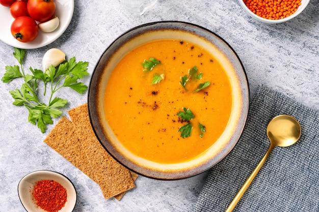 冬のスパイシーなレンズ豆のクリームスープ