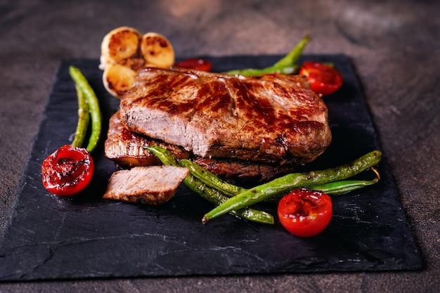 スレートプレートに野菜とおいしい焼きステーキ