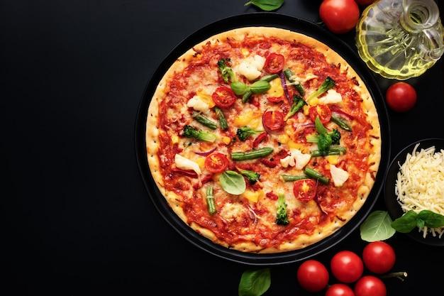 チーズと野菜の食欲をそそるベジタリアンピザのトップビュー