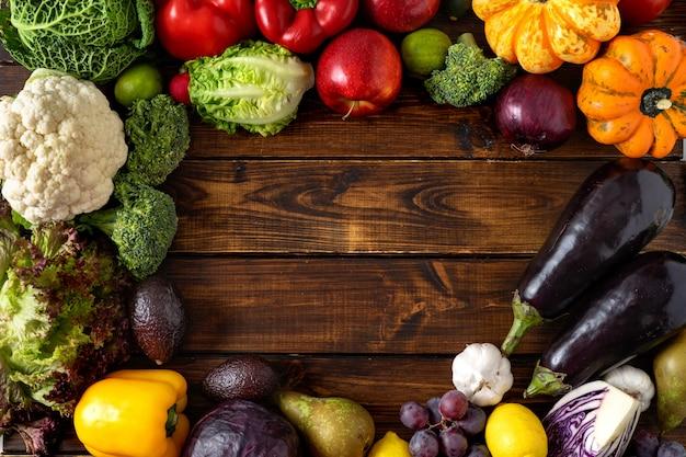 健康食品のコンセプト。木製の背景に野菜や果物