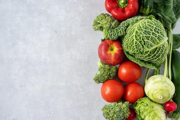 白い背景の上に新鮮な野菜の盛り合わせ