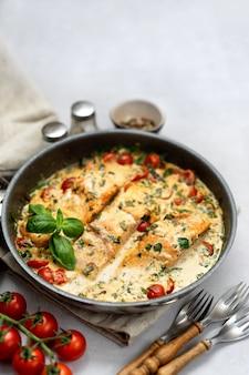 Восхитительный тосканский крем-лосось со шпинатом в черной сковороде
