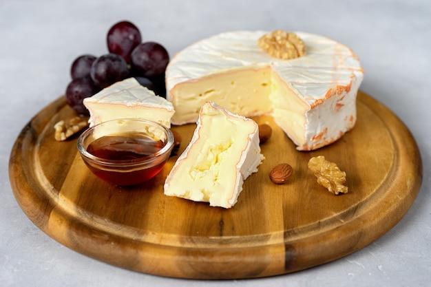 木製トレイの柔らかいチーズのクローズアップ