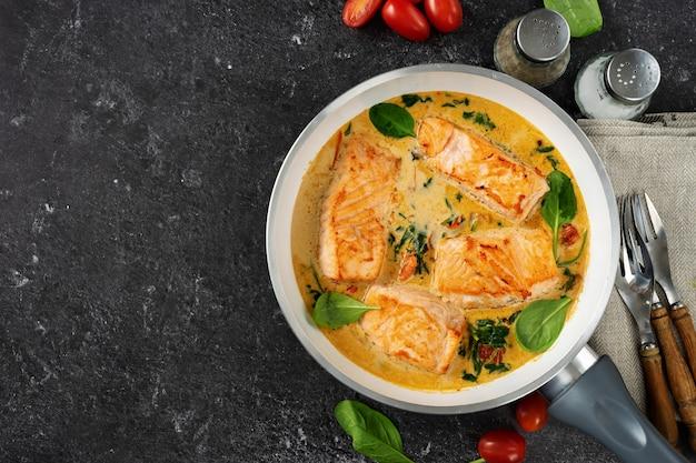 Вкусные стейки из лосося в сливочном соусе на черном