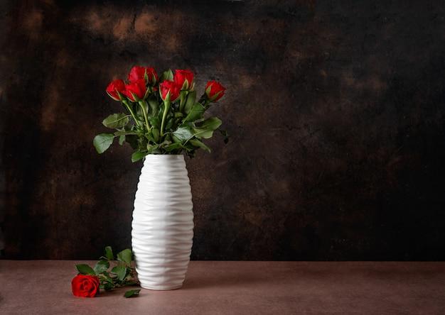 Красные розы в белой вазе на день святого валентина
