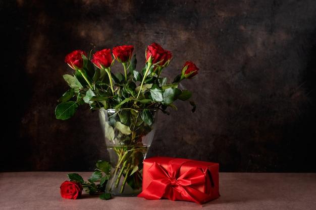 Красные розы в стеклянной вазе на день святого валентина