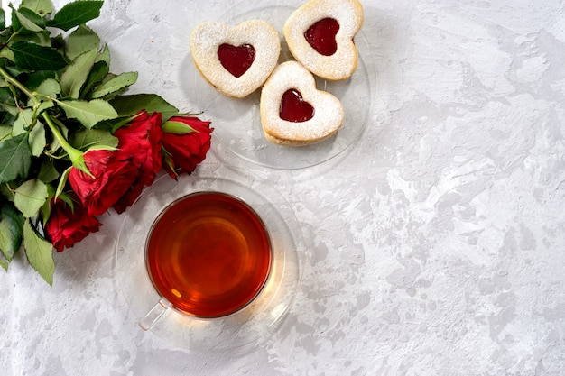 Чашка чая и печенье в форме сердца на день святого валентина