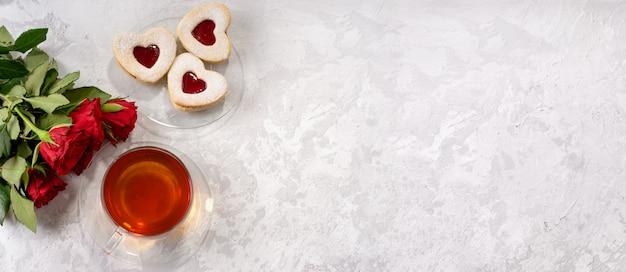 一杯のお茶とハートの形のバレンタインデーのクッキー