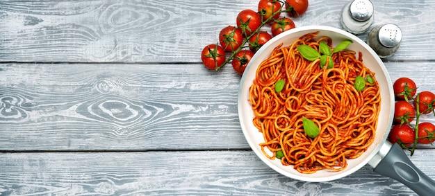 Вкусная паста с томатным соусом и базиликом