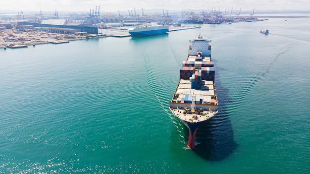 Грузовой контейнер в заводской гавани в промышленной зоне для импорта-экспорта по всему миру