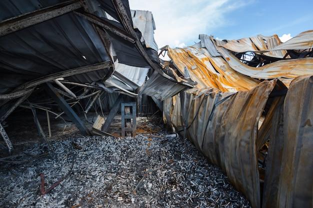 火災後の工場。火災後の工場の口紅、焦げた屋根のトラスが付いている焼けた工場、香水工場の火災後