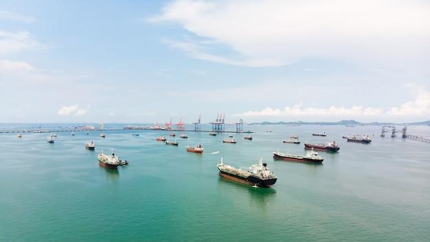 海上貨物の航空写真