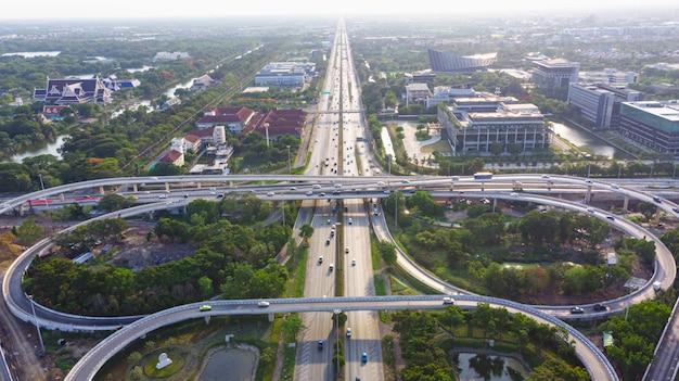 Дорога скоростной автомагистрали вид сверху, дорожное движение важная инфраструктура