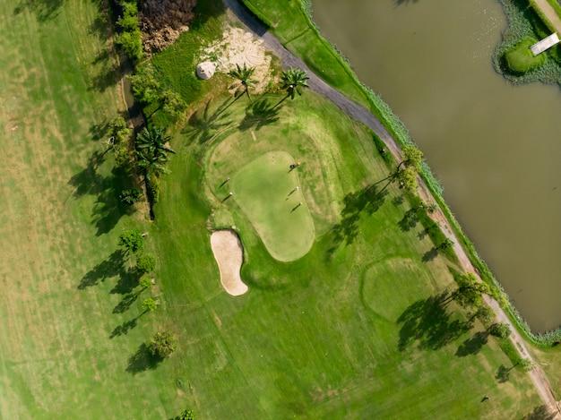 ゴルフコース、ゴルフコースの緑豊かな緑の芝生の飛行ドローンから空中平面図写真
