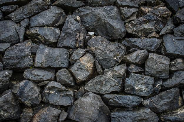 黒い石の壁