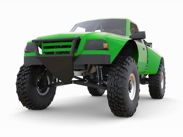 Самый подготовленный зеленый спортивный гоночный грузовик для пустынной местности