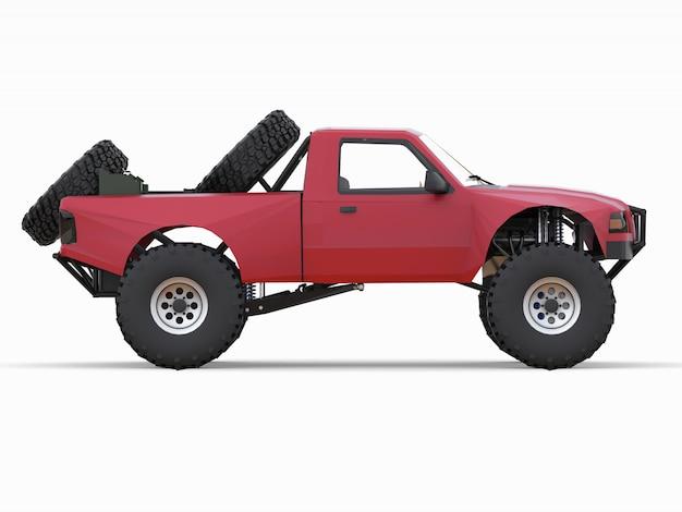Самый подготовленный красный спортивный гоночный грузовик для пустынной местности
