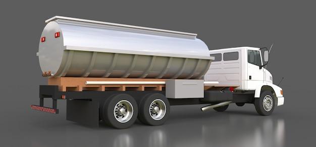 磨かれた金属のトレーラーが付いている大きい白いトラックのタンカー
