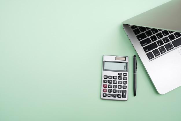 トップビューオフィステーブルデスク。ラップトップコンピューターのあるワークスペース。