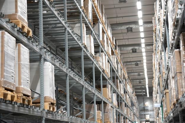 Склад или склад производственно-логистической компании. складирование на полу и под названием высокие полки