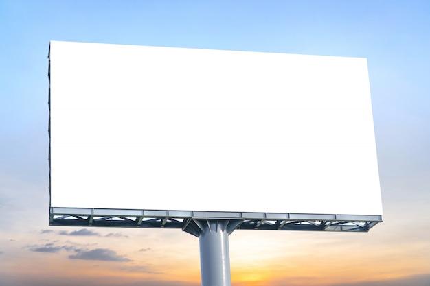 ビルボード - 空の画面を持つ大きな空白の看板