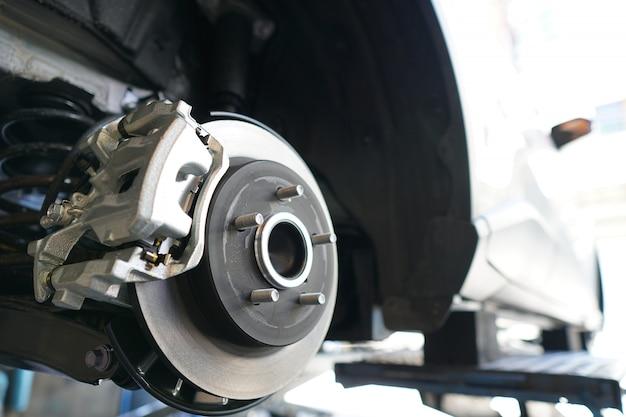 修理のために車両のブレーキディスクのクローズアップ。