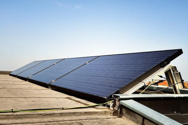 青い空を背景の太陽電池パネル