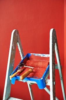 はしご、ローラーブラシ、バケツ