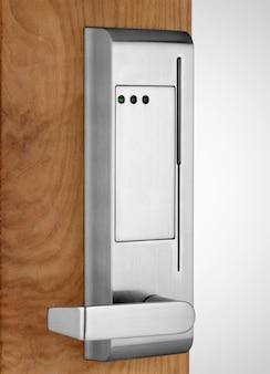 木製のドアに電子ロック