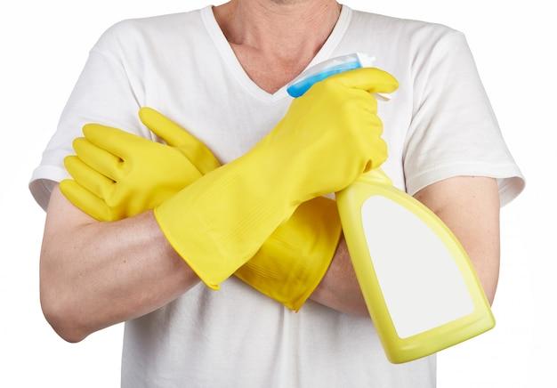 クリーニングスプレーボトルを保持しているゴム手袋を持つ男のスタジオ撮影