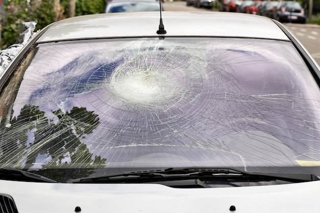 壊れた車のフロントガラス