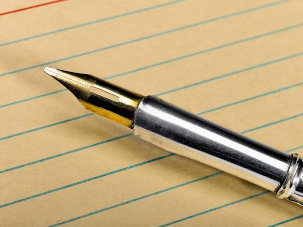 ペンと金の羽
