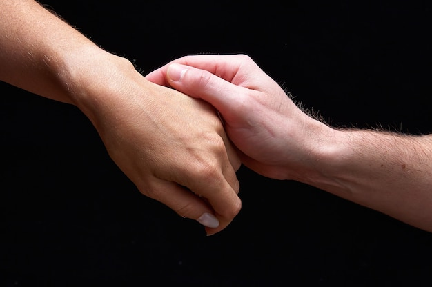 男性と女性の手を一緒に